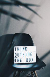 Think outside the box ou sortir de sa zone de confort pour imaginer de nouvelles idées de communication